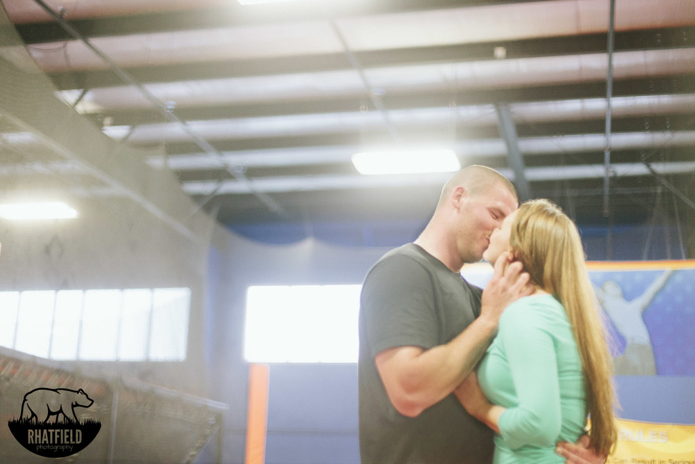 engagement-kiss-skyzone