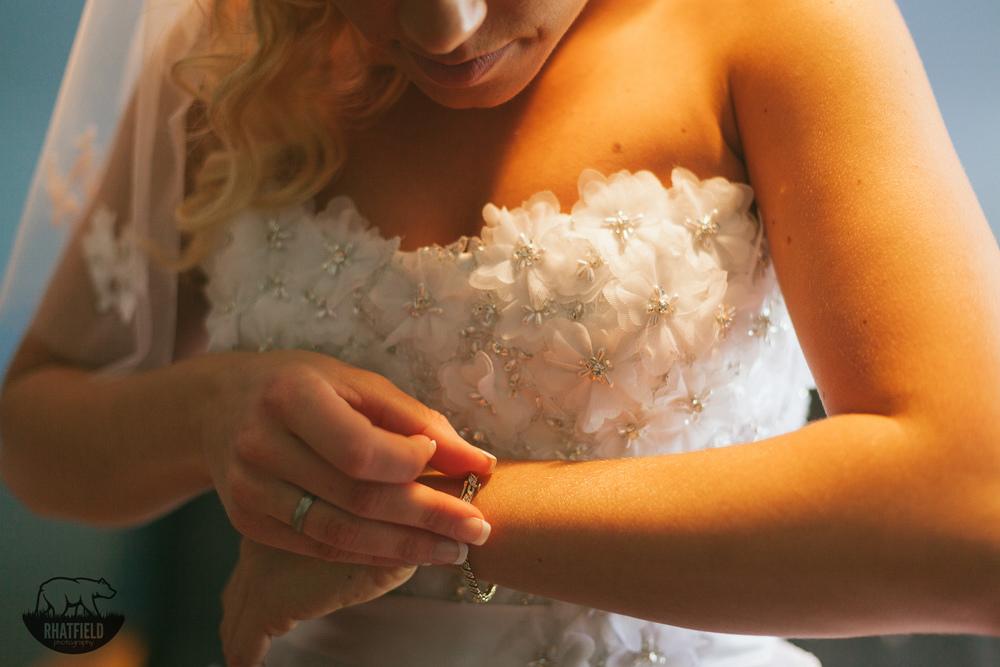 bride-beautiful-diamond-bracelet