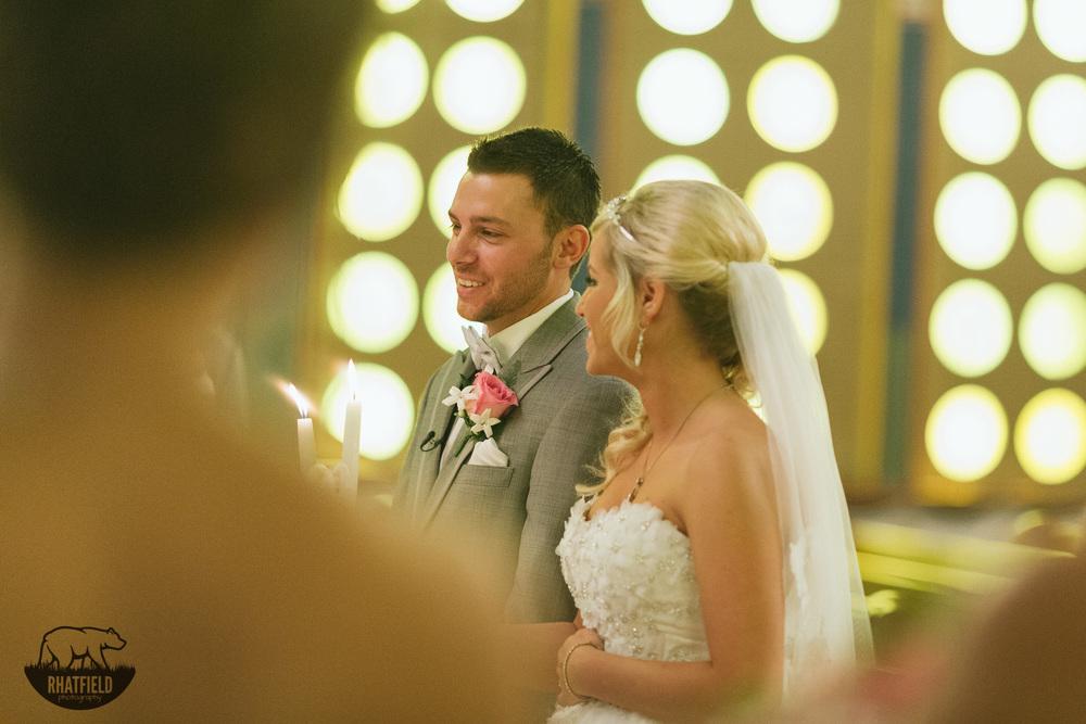 couple-alter-wedding-smile
