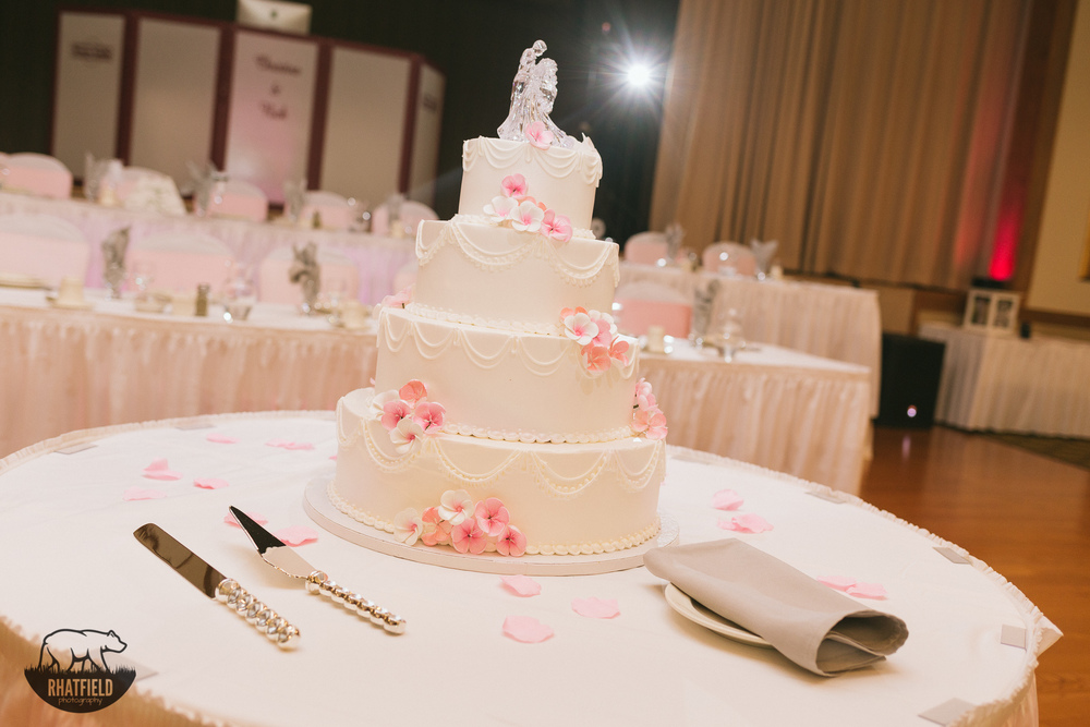 white-cake-pink-flowers-wedding