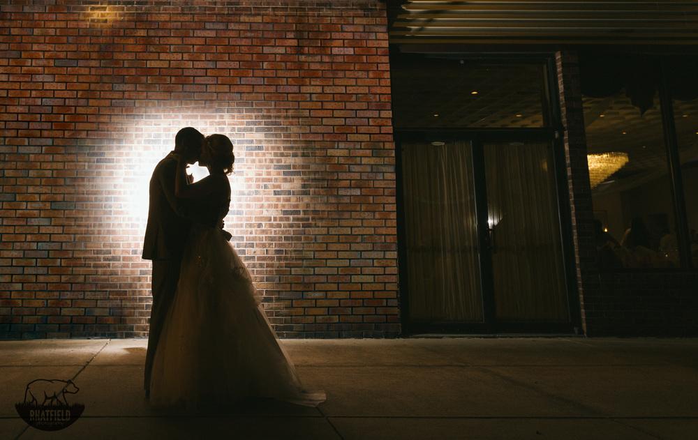 bride-groom-backlight-outdor-portrait
