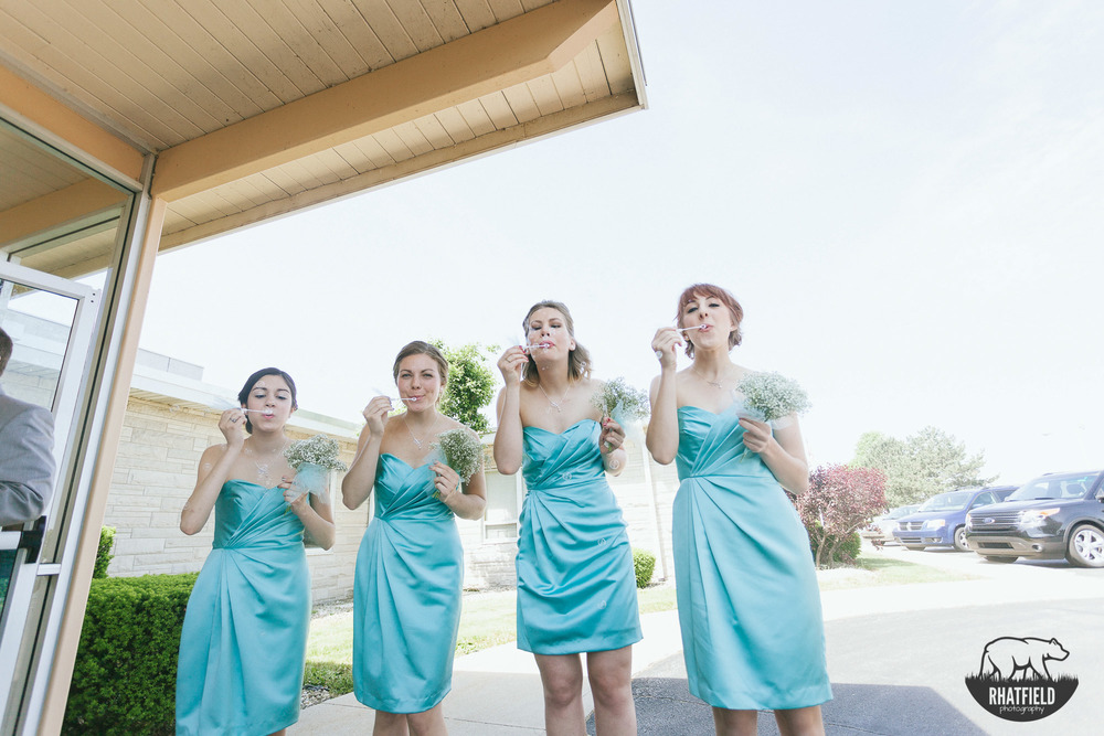 bridesmaids-blowing-bubbles-exit-teal