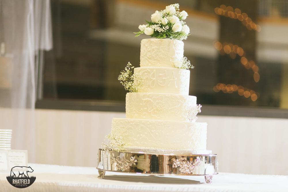 white-wedding-cake-fowers