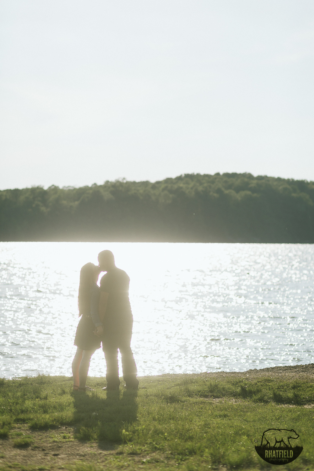 kissing-silhouette-lake
