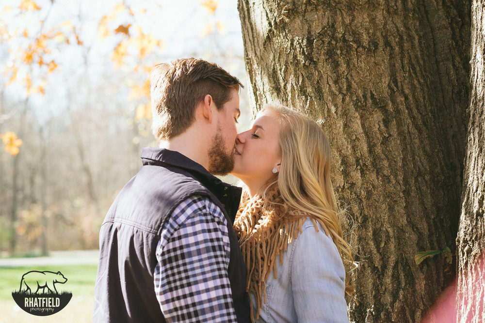 blonde-couple-kiss