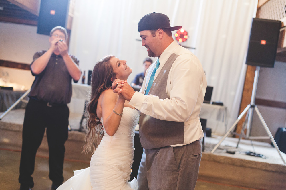 couples-first-dance-barn