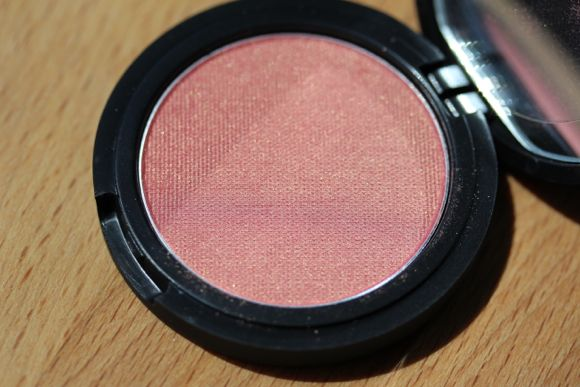 Le Métier de Beauté 'Radiance' Powder Rouge in Echo
