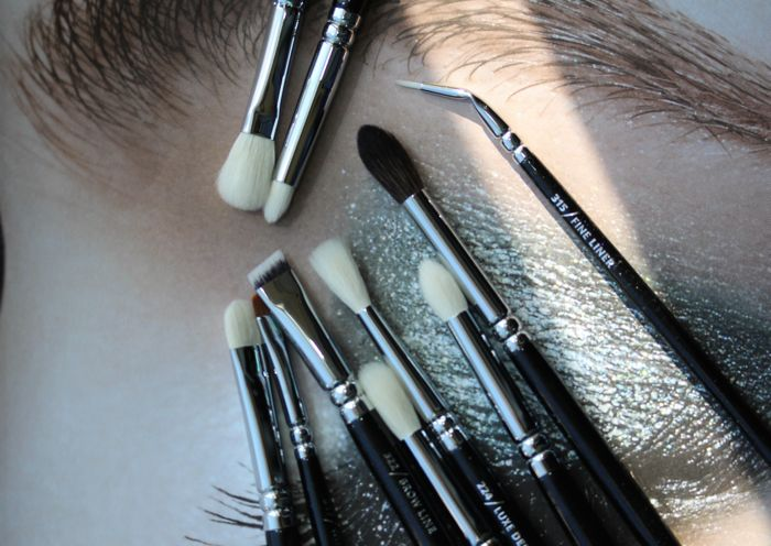 The eye brushes working clockwise from the top: Soft Definer, Pencil, Fine Liner, Crease, Petit Crease, Luxe Defined Crease, Luxe Soft Crease, Brow Line, Wing Liner and Smoky Shader