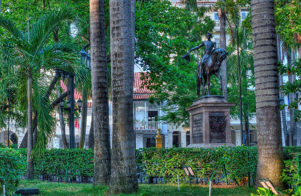 GREEN  THIS PICTURE IS FROM THE PLAZA BOLIVAR IN CARTAGENA. A HILE AGO I SATRTED TO TAKE PICTUIRES OF PLAZA DE BOLIVAR IN DIFERENT CITIES ACROSS COLOMBIA. I JUST LOVE TO TAKE PICTURES OF STATUES. THEY ARE THE MOST PATIENT MODELS.   VERDE  ESTA FOTO ES DE LA PLAZA DE BOLÍVAR CON LA ESTATUA DE BOLÍVAR. DESDE HACE RATO VENGO TOMANDO LA FOTOS DE LAS PLAZAS DE BOLÍVAR EN DISTINTAS CIUDADES . ME ENCANTA FOTOGRAFIAR ESTATUAS Y BRONZES.