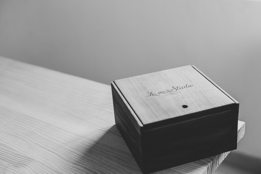 Caja de Madera con Pendrive y fotografias en alta resolución.