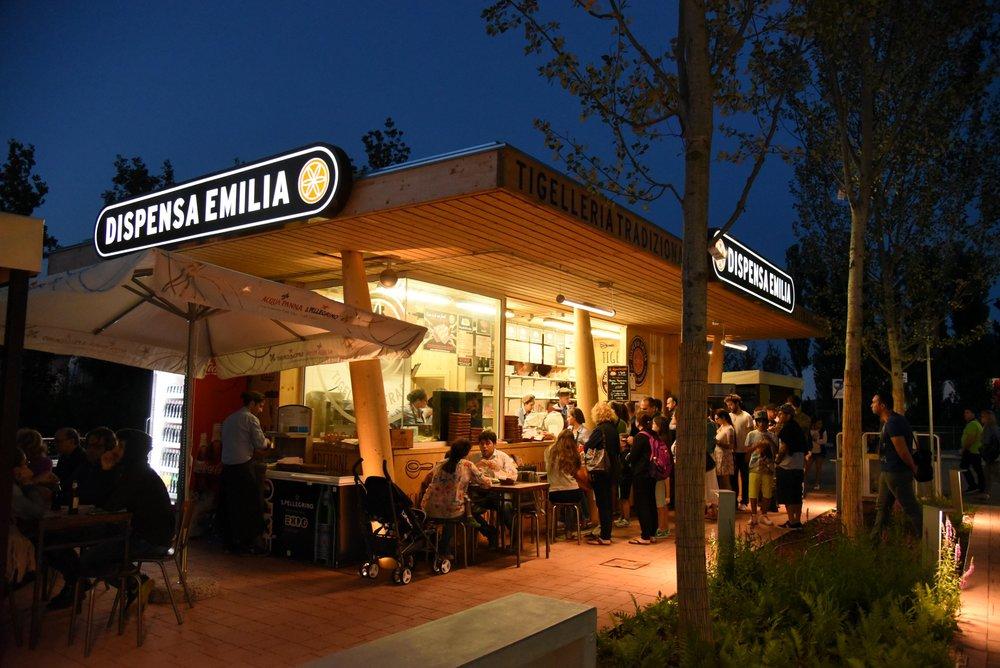 Dispensa Emilia di sera (foto Toney Fernandez)
