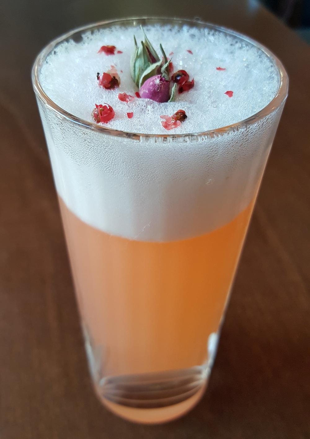 Silver Lining, rivisitato (genever, aperol, liquore a sambuco, egg white)