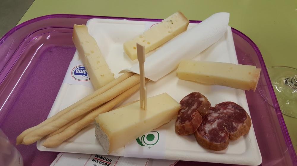 Assaggio di formaggi piemontesi con un bicchiere di Barolo