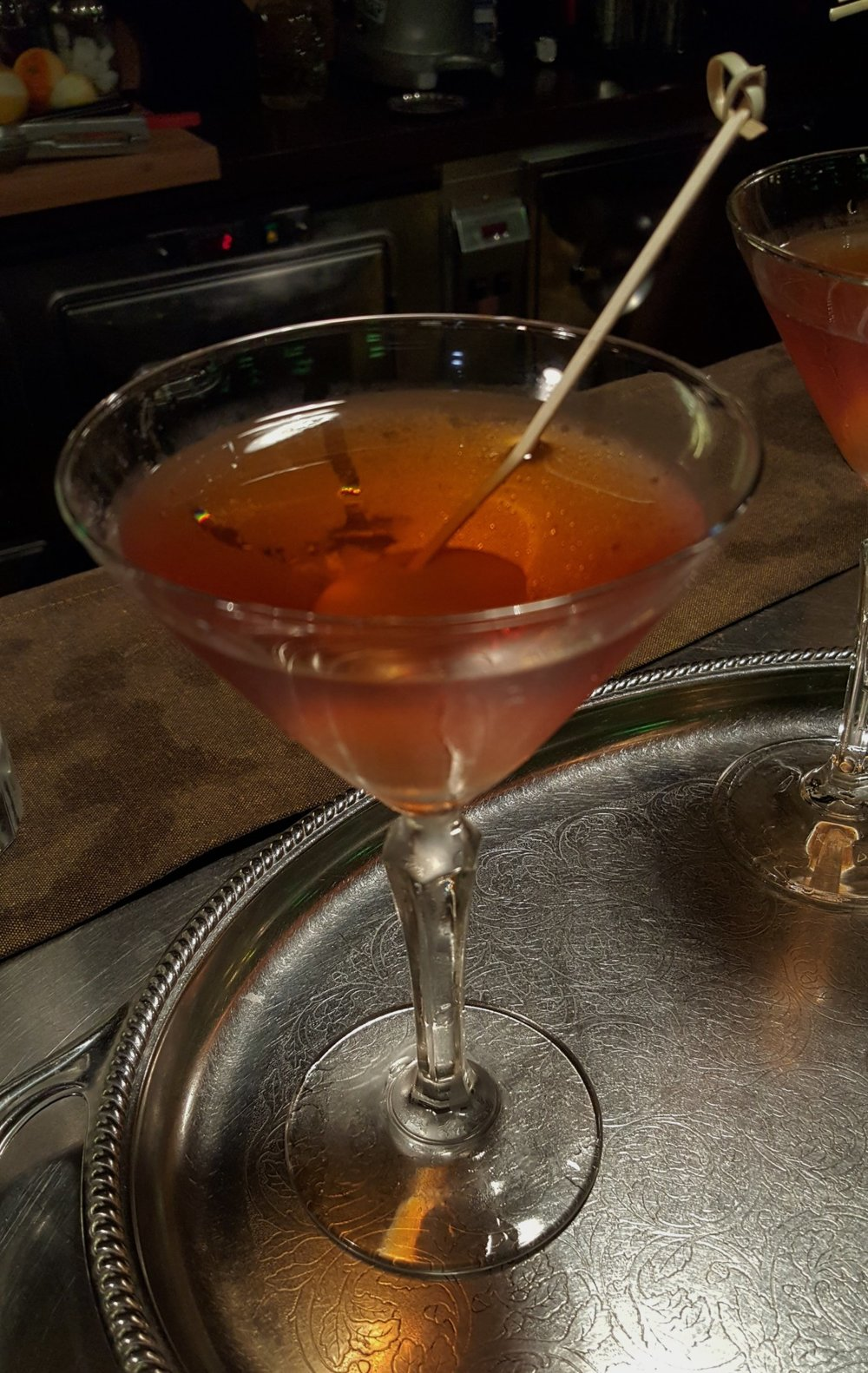 Tin whistle: Irish whiskey, assenzio, dry orange curaçao, maraschino, Angostura, oliva, limone