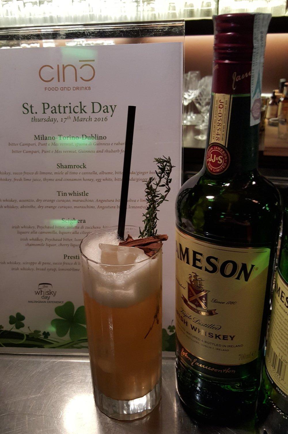 Shamrock: irish whiskey, succo fresco di limone, miele al timo e cannella, albume, bitter, soda/ginger beer