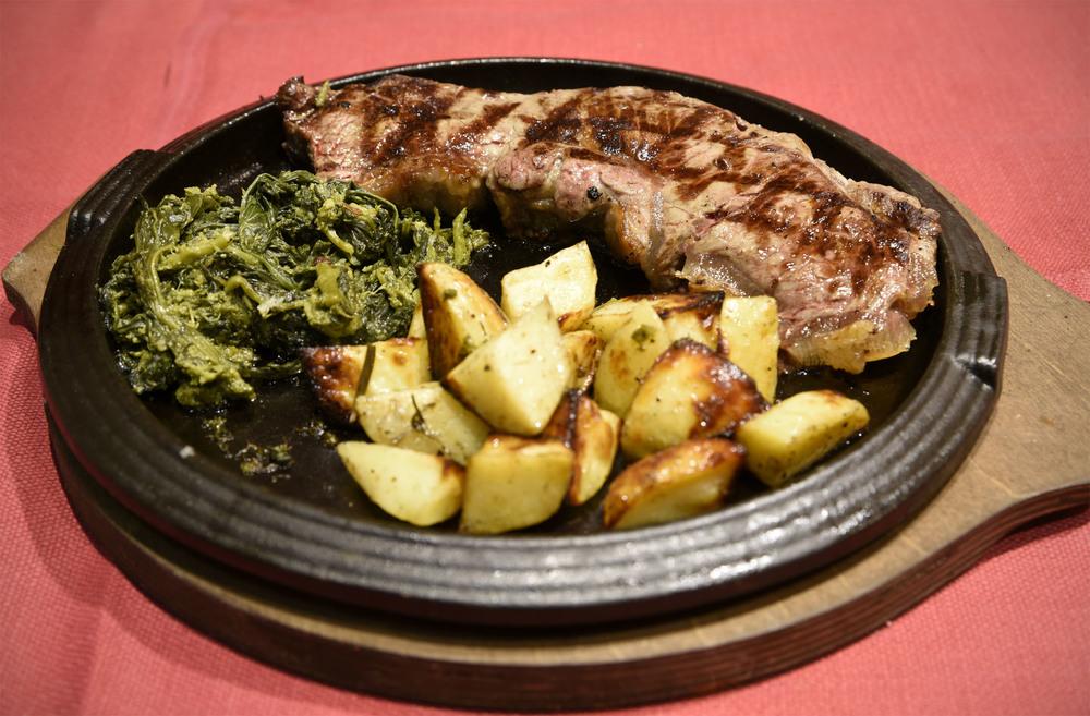 Carne grigliata con friarielli e patate