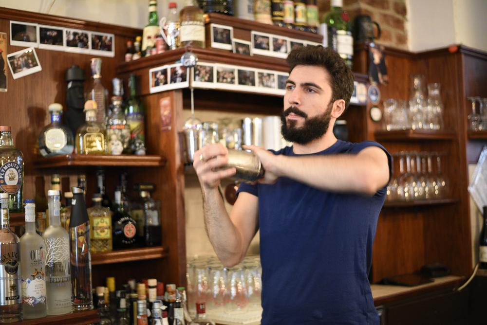 Matteo prepara il whisky sour