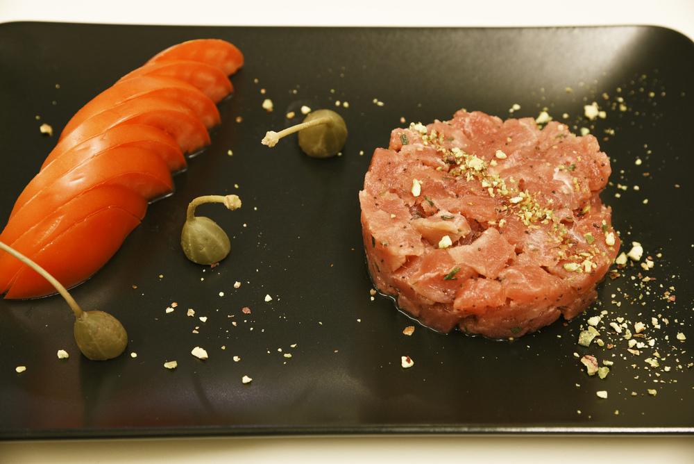 """Tartare di tonno rosso """"Reade"""" - cipolla rossa di Tropea, fior di cappero di Linosa, pistacchi di Bronte"""