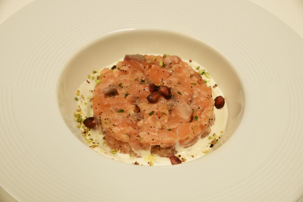 """Tartare di Salmone """"Canal"""" - Salmone Balik, crème fraiche all'erba cipollina, spinacino, bufala campana, pistacchi di Bronte"""