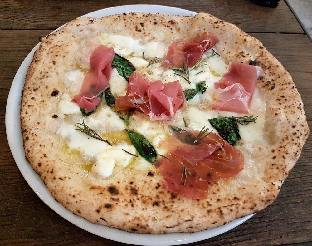 Pizza speciale con bufala, crudo e rosmarino (Marghe)