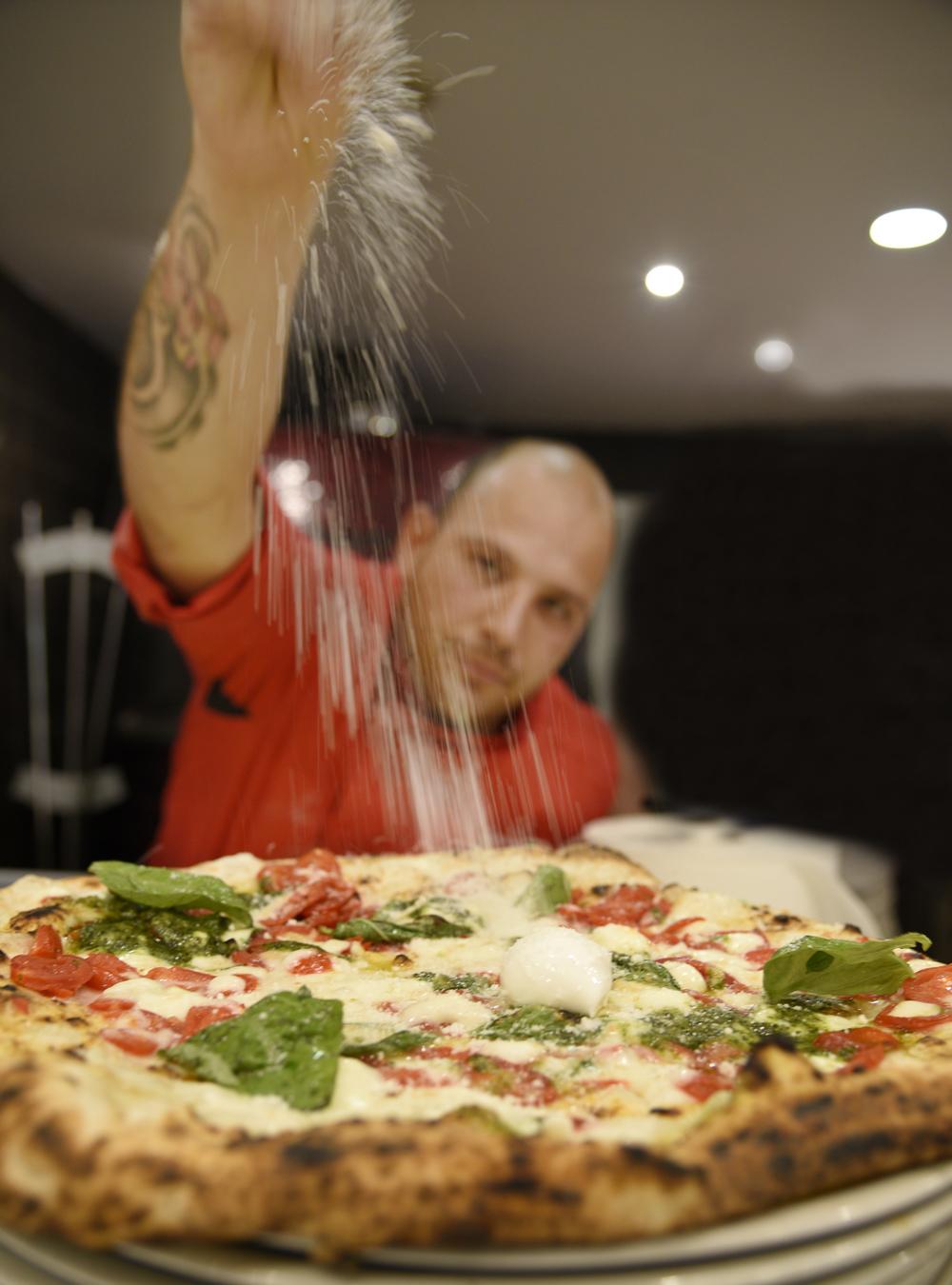 Genny prepara una pizza al Lievito Madre al Duomo (Sorbillo)
