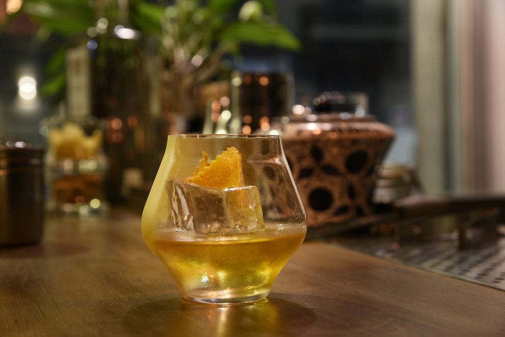 The Maestro (The Glenlivet 18, liquore alla nocciola, bitter alla vaniglia, bitter al cioccolato)- Foto Toney Teddy Fernandez