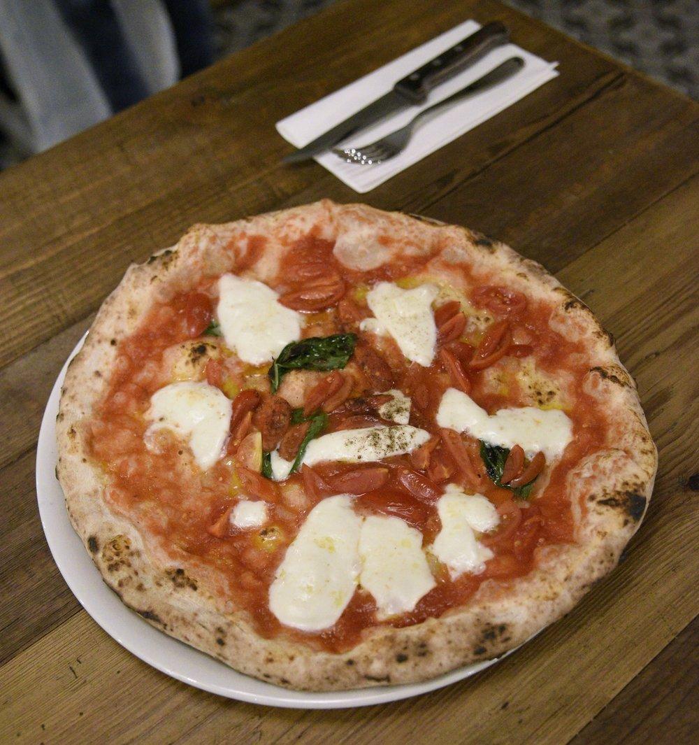 La terza pizza: una Margherita con bufala