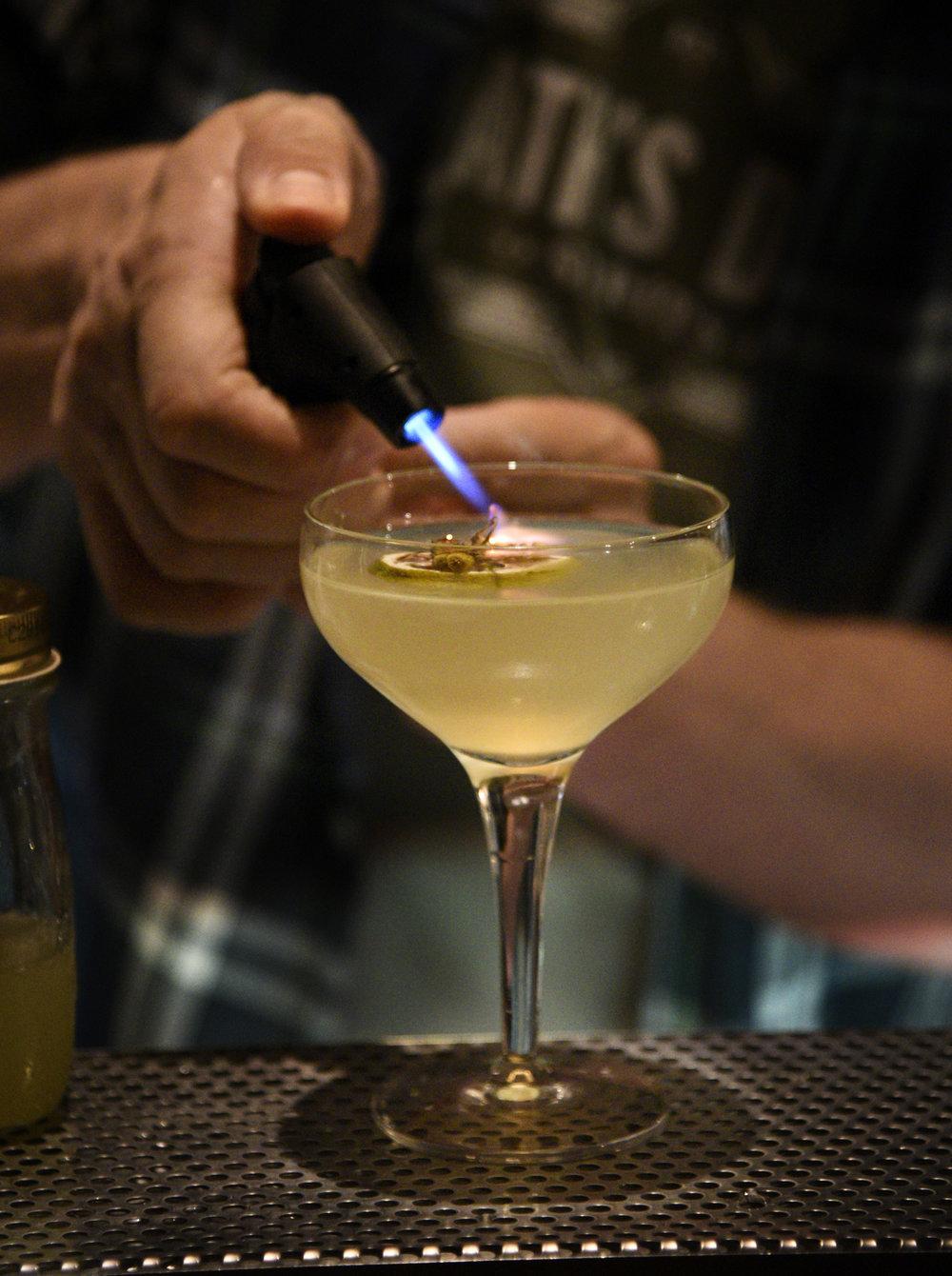 Solo Uno (Pier): 40 mL Hayman's Old Tom, 25 mL liquore Camomilla, 20 mL honey syrup,20 mL lemon juice, spoon Pimiento Dram --- shake and double strain