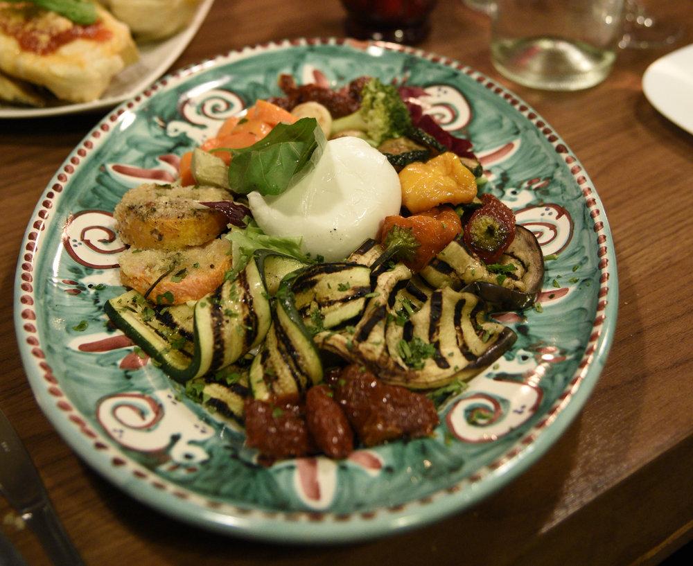 mozzarella di bufala con tipiche verdure di stagione