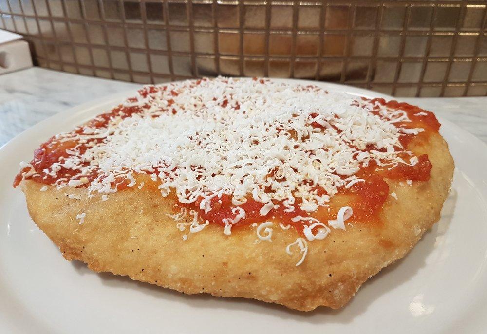 """La pizza fritta Cilentana: sugo Cilentano azienda agricola """"Maida"""" di Capaccio, cacio ricotta di capra del Cilento e basilico"""