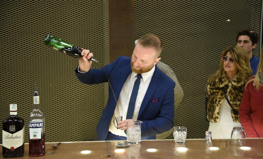 Luca aggiunge il Martini (foto Toney)