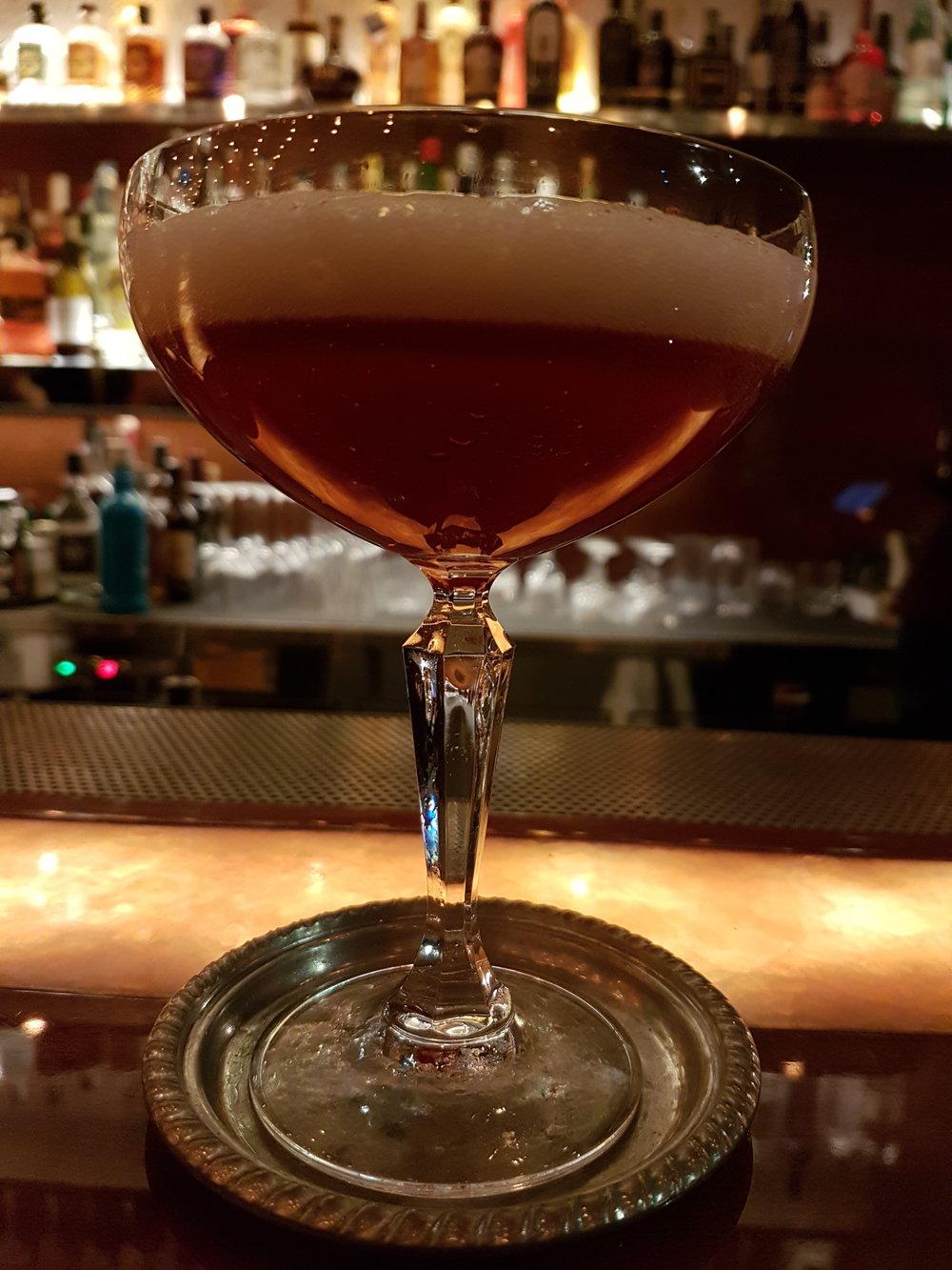 Doppelganger: Bulleit bourbon whiskey, sangue del Morlacco, vellutata di verbena, fava Tonka