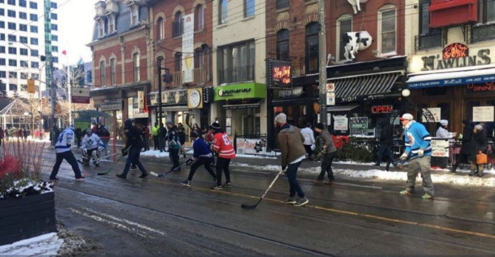 A road hockey game being played in Toronto during a winter afternoon on King St. City data shows the King St. Pilot project has had little impact on businesses.  (BRIMBECOM, BARRY / STEPHANIEMAROTTA/TWITTER)