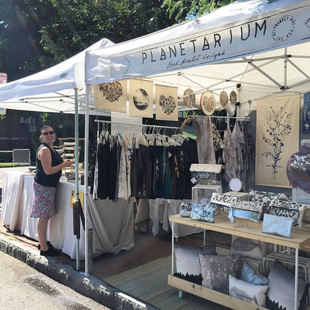 Good morning @parkavefest 👋🏻😄👏🏻 all set up & we're right near our all time favorite jeweler @laurelobrienjewelry ! #planetariumdesign #textiledesign #summerfestival (at Park Ave Fest)