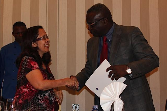 Le Ministre déléguéaux Finances de la RDC, S.E. Patrice Kitebi, serre la main de la Présidente du g7+ S.E. Emilia Pires.
