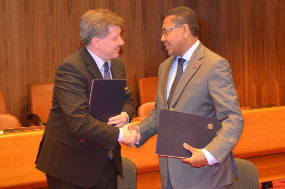 M. Ryder et M. da Costa se serrent la main lors de la signature du protocole d'accor