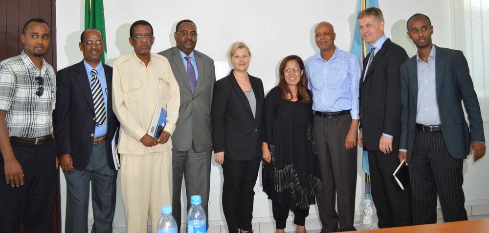 S.E. Abdiweli Cheikh Ahmed, Premier ministre du gouvernement fédéral de Somalie [troisième en partant de droite] avec la Président du g7+ et Ministre des Finances du Timor-Leste, S.E. Emilia Pires [à gauche du PM] et le Président de l'OCDE-CAD, Erik Solheim [à droite du PM]