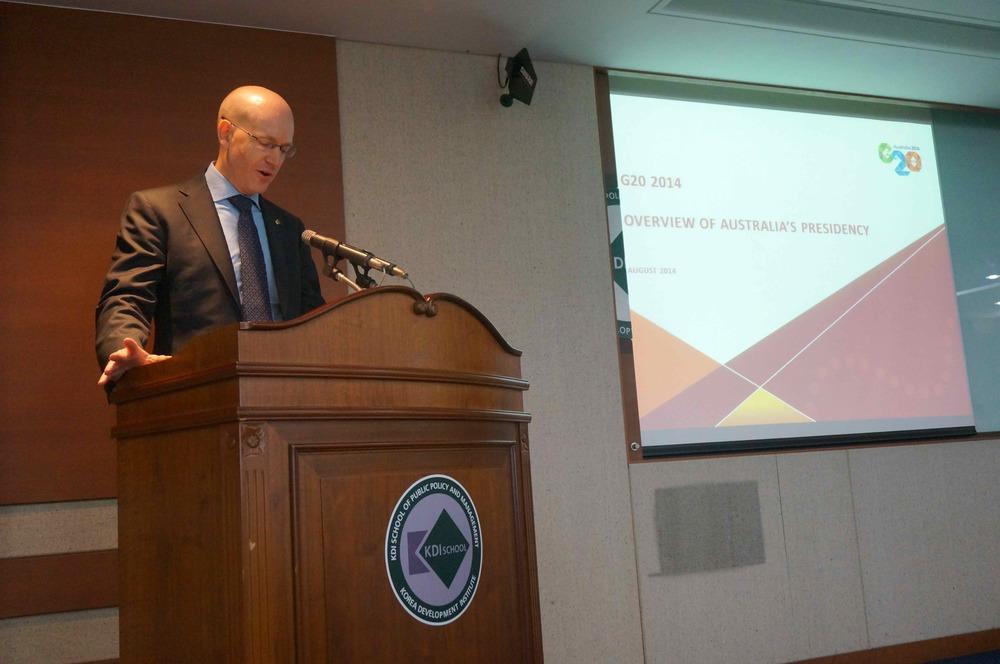 Paul Schofield, de l'Ambassade Australienne en Corée, a présenté une vue d'ensemble sur la présidence australienne des G20 .