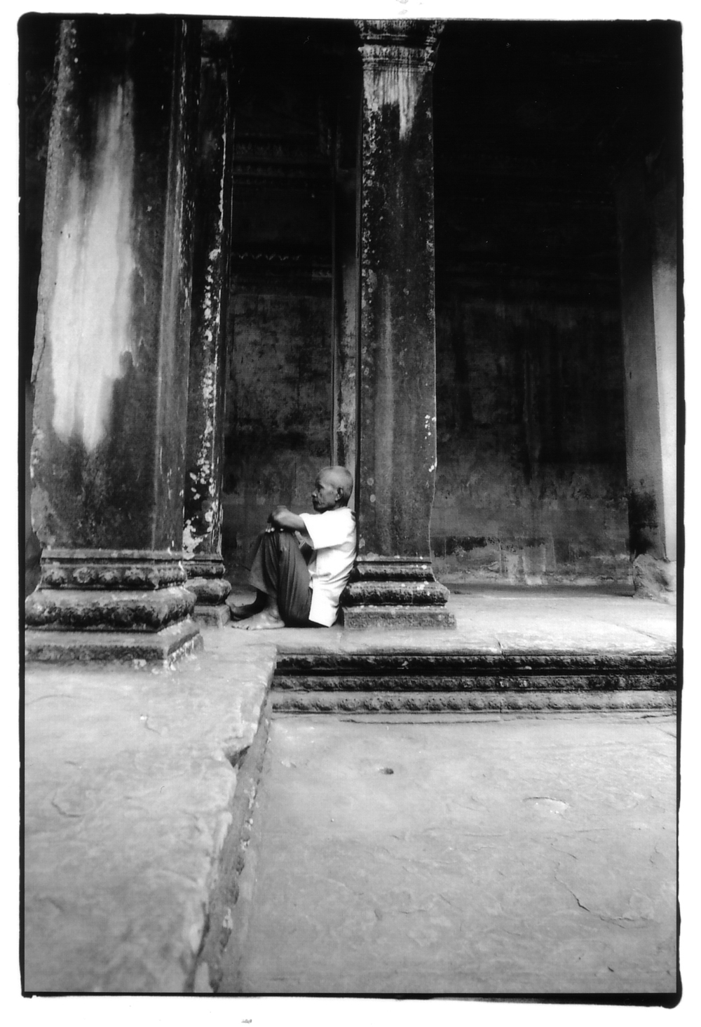 Angkor_Wat_Old_Man_Sitting.jpg
