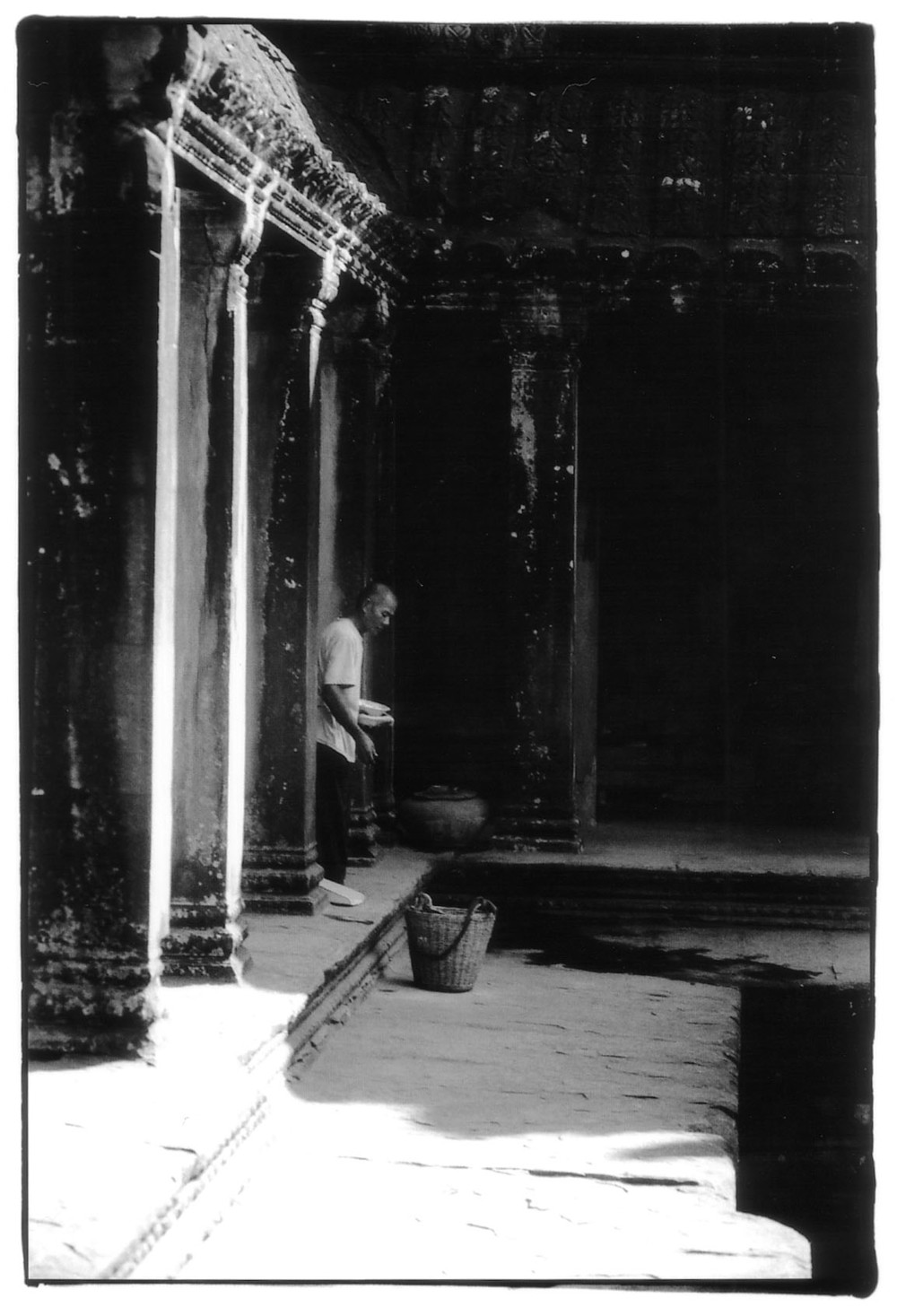 Angkor_Wat_Man_With_Basket.jpg