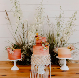 Featured on @greenweddingshoes; Cake by @feathersandfrostingatx; Photo by @peytonrbyford