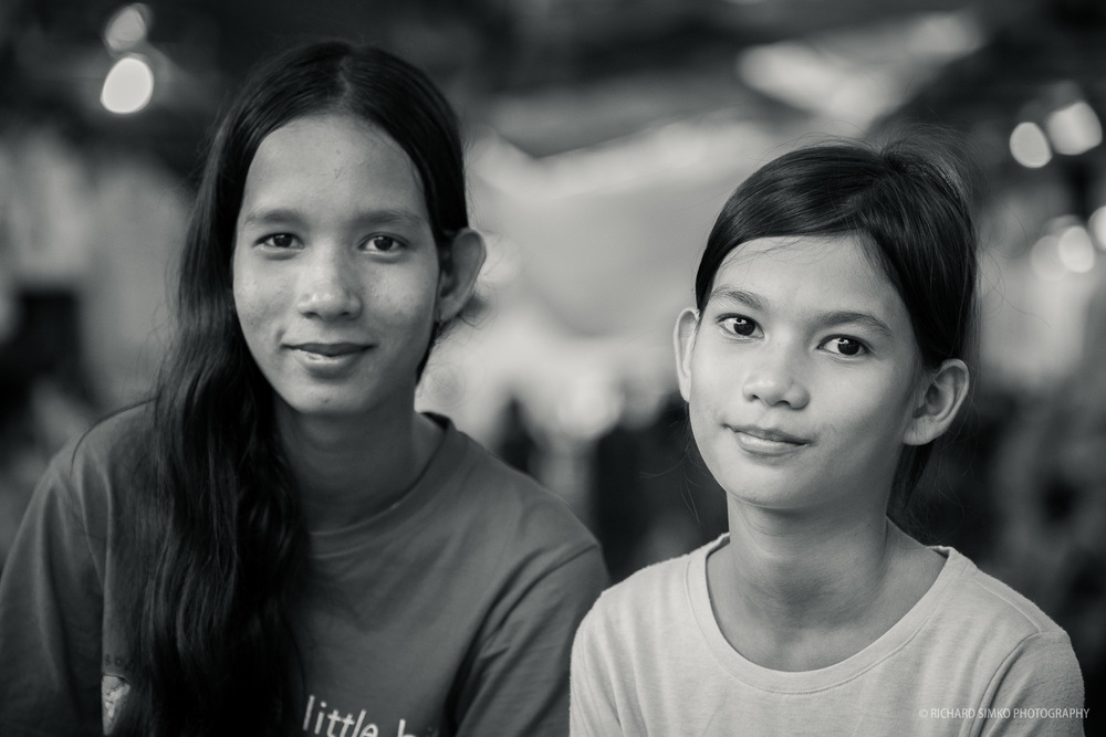 Srey Vy (on the right) and her sister during shopping in Central Market.  Fujifilm X-T1, Fujinon 50-140mm 2.8
