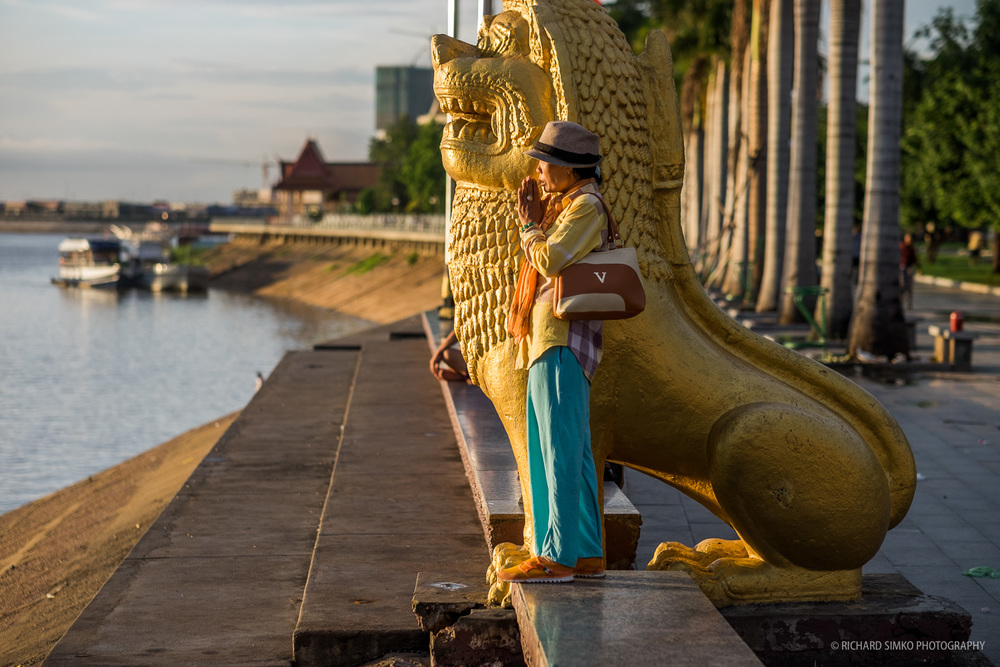 Morning prayers at Phhnom Penh's riverside near Preah Ang Dorngkeu Shrine.  Fujifilm X-T1, Fujinon 56mm   1.2