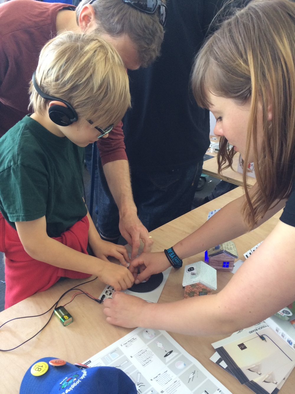 Grace from Bare Conductive helped Elliot do some mixology on a paper DIY turntable