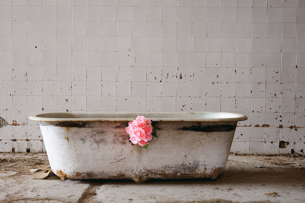 SquareBATHTUB-with-flowersTraitée-LR-4-juin-2012.jpg