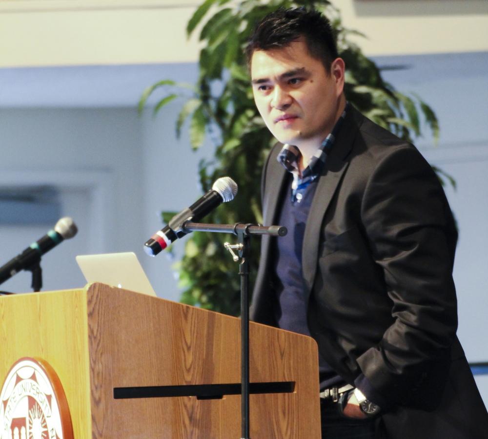 """Periodista filipino, José Antonio Vargas, narra su experiencia y presenta su campaña """"Define American"""" en CSUN. Foto: Karla Henry/ El Nuevo Sol."""