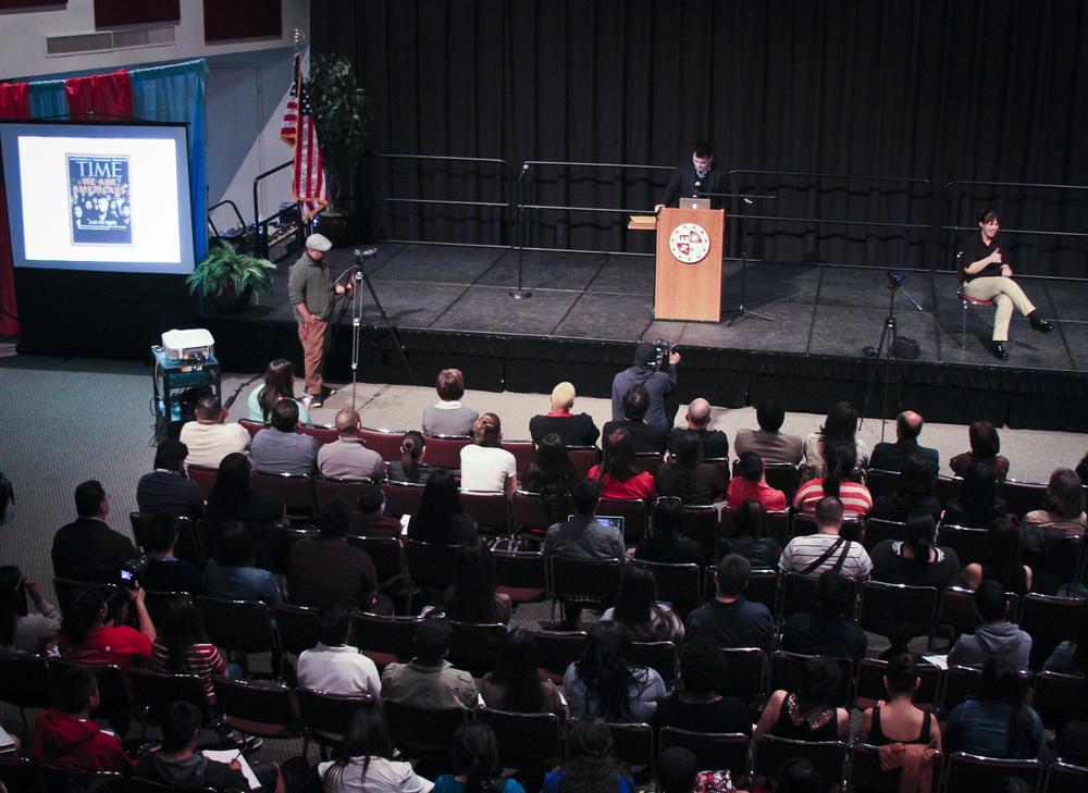 """José Antonio Vargas presenta """"Define American"""" y comparte su experiencia con el público de CSUN. Foto: Karla Henry/ El Nuevo Sol."""