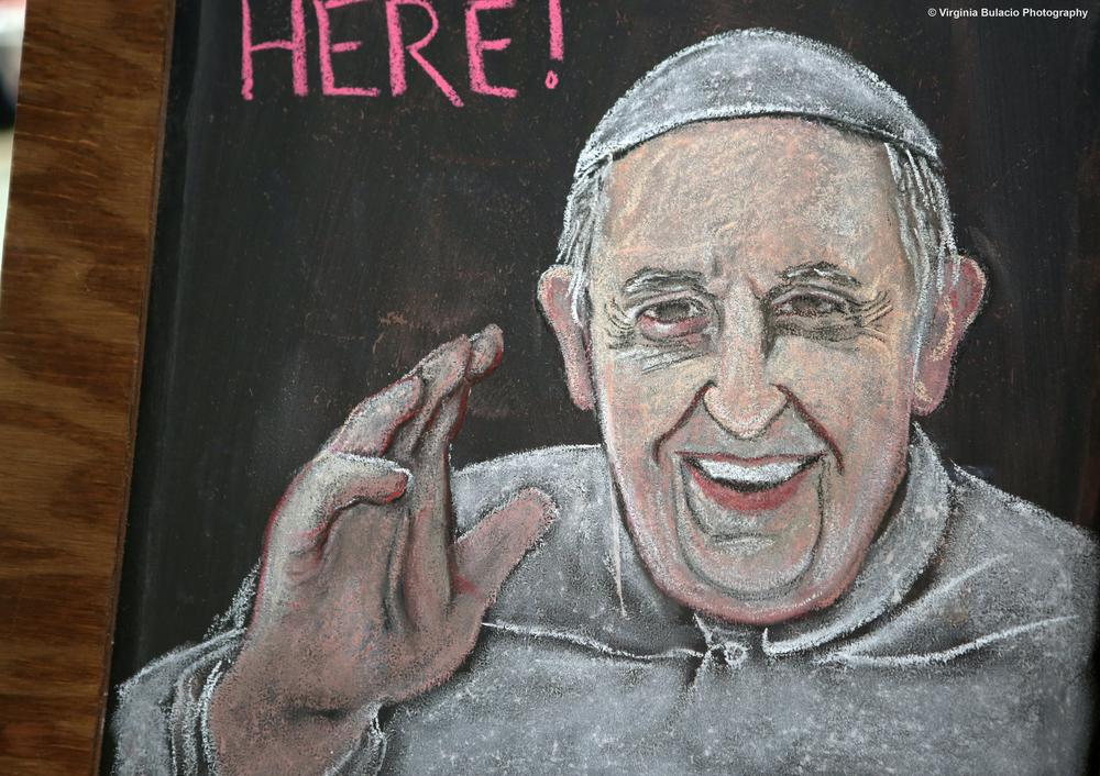 El retrato del Papa Francisco saludando estaba en una de las estaciones donde los voluntarios recibían a los visitantes en el Festival de las Familias, en Filadelfia.
