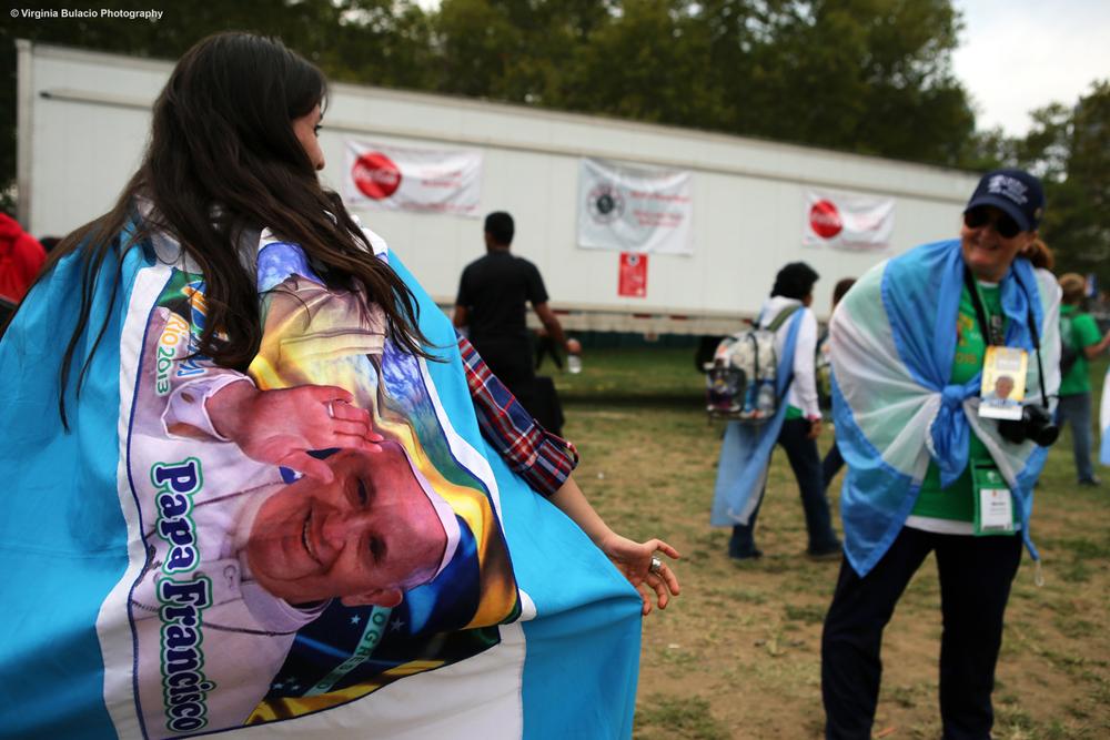 Seguidoras del papa luciendo los colores de la bandera de Argentina.