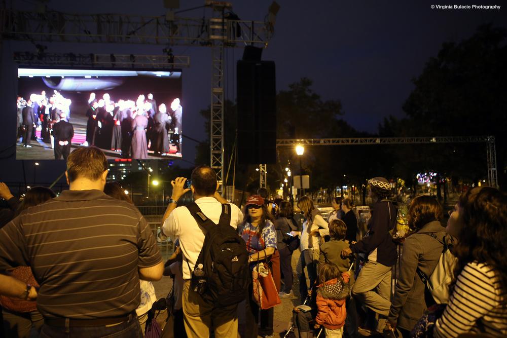 Seguidores y la familia argentina Walker (derecha), observaban hasta el último momento la despedida del papa Francisco en los Estados Unidos.